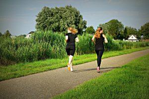deux femmes en train de courir jogging dans un parc